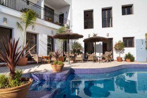 La piscina cuenta con terraza y solárium.
