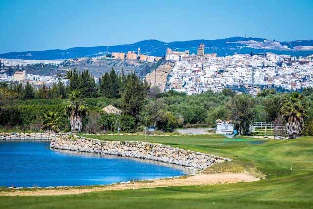 Arcos Golf es el campo de referencia de la Sierra de Cádiz y de la ruta de los pueblos blancos. Cuenta con uno de los mayores campos de prácticas de Europa.
