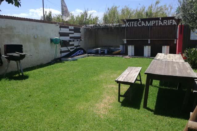 El alojamiento del Kitecamp Tarifa cuenta con jardín e incluso zona de barbacoa.