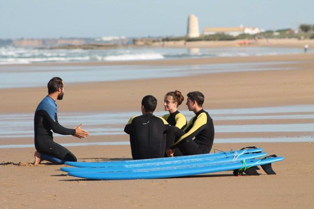 Nexo Surf House, playa de El Palmar, es un espacio que acoge un Surfcamp, una escuela de surf, alojamiento B&B  y un espectacular restaurante.