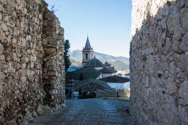 La Iglesia Santa Maria de la Mesa, en Zahara de la Sierra, es un bello templo del siglo XVII construido sobre una antigua ermita. En el exterior destaca la fachada principal y su portada barroca de mármol rosa y, en el interior, sus esculturas y el retablo mayor.