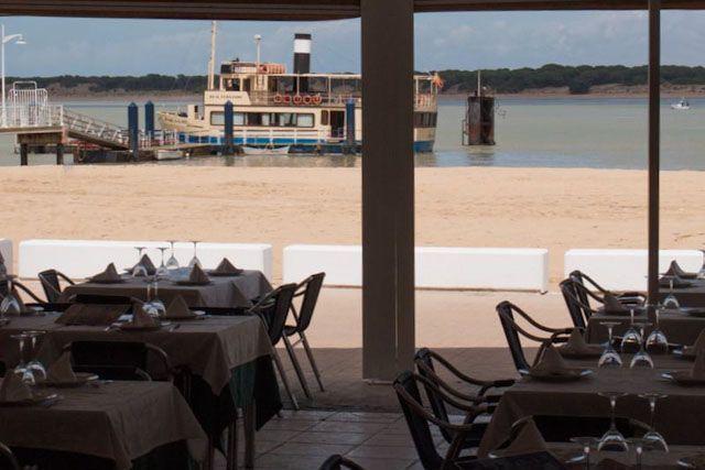 El restaurante El Poma es un local de ambiente marinero y cocina tradicional en el corazón de Bajo de Guía, frente al Coto de Doñana, Sanlúcar de Barrameda.