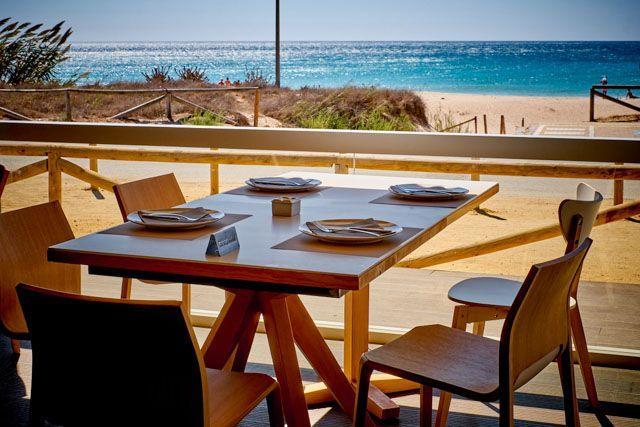 En el Restaurante Casa Juan disfrutarás frente a la playa del Palmar de una excelente cocina marinera. Pescados y mariscos en unlugar paradisiaco.