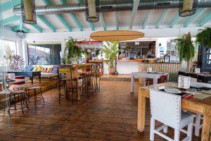Cafe del Mar Beach es un restaurante fresco y divertido ubicado en la playa de los Lances de Tarifa. Cocina local e internacional, cocteles y conciertos.